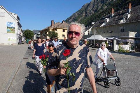 ENGASJERT: Kjetil Kostøl deltok i rosetoget i Storgata.. - Vi må ikke glemme det som skjedde på denne dagen for ti år siden, understreker han.