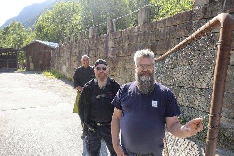 KONSERT: Nå blir det rock´n roll bak denne porten. Nærmere bestemt lørdag 11.september  med Tres Hombres og tre andre band. Frank Nielsen, Bjørge Lie og Torbjørn Vågsland gleder seg.