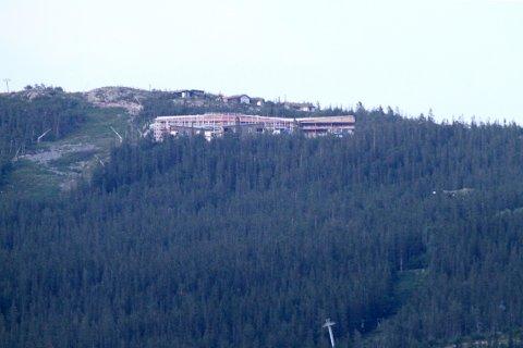 GODT SYNLIG: Det enorme bygget blir godt synlig nede fra Rjukan, særlig når det kommer lys i vinduene.