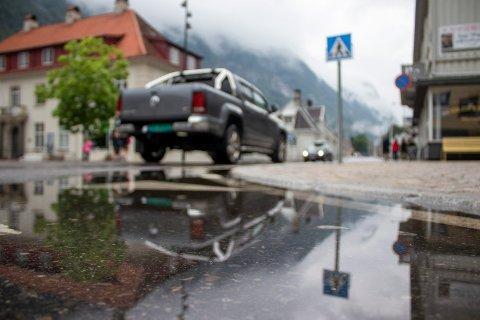 REGN: Etter tre uker med godt sommervær, kom endelig regnet til Tinn. Her fra Rjukan sentrum klokka 12.00 tirsdag - en liten pause i regnværet.