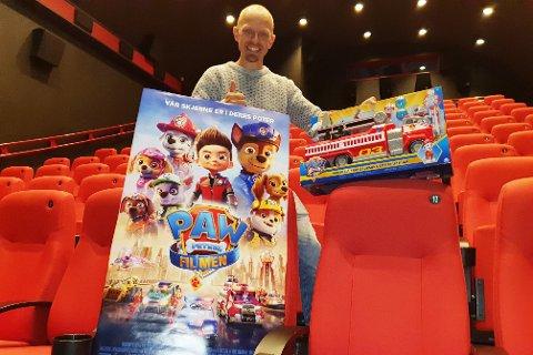 PAW PATROL-FEST: Kinosjefen gleder seg som en unge til lørdagens premiere på Paw Patrol-filmen, og håper på fullt hus.