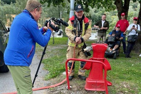 NRK PÅ SAFARI: Et NRK-team brukte en hel dag på å bli med på brannhydrantsafari, og fikk hjelp av Gjermund Geirsta i Tinn kommunes brannvesen til å dra i gang en brannhydrant for å slukke hotellbrannen for 60 år siden.