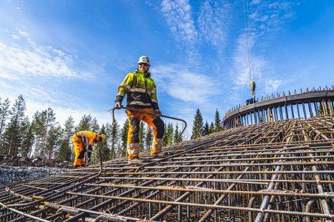 I STØPEN: Vindmølleparken i Mastokangas er under bygging. Statkraft kjøper all krafta.