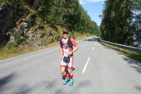 TUNGE ØKTER: Audun Flateland (44) fra Arendal trener målrettet mot Norseman 2022. Her på vei fra Austbygde mot Gaustatoppen sist lørdag. Her ved Tinnsjøstranda.