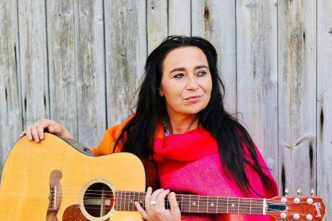 """NY SINGLE: Bursdronninga Rita Engedalen har benyttet koronatida til å lage nytt materiale, og først ut er singelen """"Colors in Rain""""."""