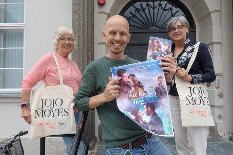 SAMARBEID: Nå er en bok av Jojo Moyes filmet og satt opp på Rjukan kino. Det feires med en konkurranse på Rjukan bibliotek. Fra venstre  Ingeleiv Jensen , Robert Jenbergsen og Sanja Pasovic.