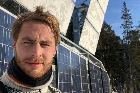 TUNG BØR: - Det har vært 15 kg bør på skuldrene mine. Det er vondt å se at det står masse turister på torget og kikker opp i fjellsida. Noen kjører langveisfra og opp til Rjukan bare for å se på det., sier Erik Bråthen.