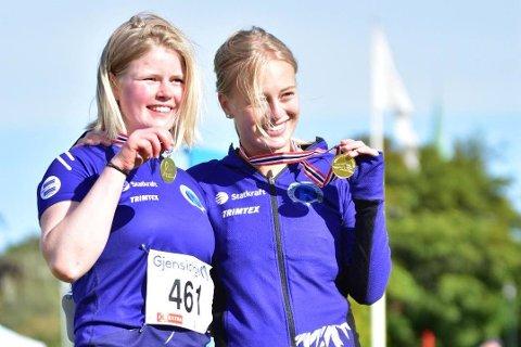 TO MEDALJER: Ella Zcimarzceck og Malene Storøygard tar med seg medaljer hjem til Rjukan.