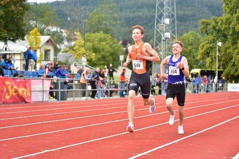 SPURT: Her kjemper Jens Samuelsen i en duell like før mål i finalen på 2000-meteren søndag.