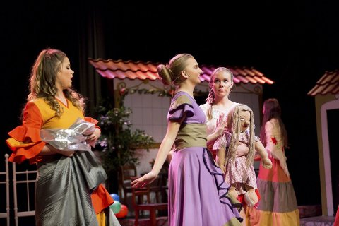 Med dokka i hånda: Nora Kyte (t.h.) i rollen som fattigjenta Paca får hjelp av sydame Thea Vatndal (midten) og sydamesvenn Kamilla Haukland. ALLE FOTO: LISBETH ANDRESEN