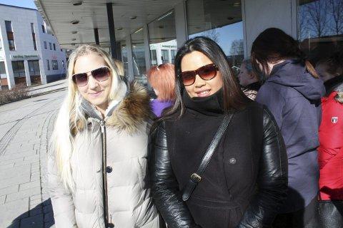 I KØ: Eva Mortensen (t.v.) og Cindy Fjeld syntes ikke et par timer i kø for en tatovering var noe problem.Foto: Thor Fremmerlid