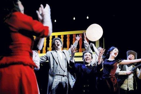 Først ut: Forestillingen «Showboat» har premiere torsdag, her med Karl Holte Aarø (midten) i rollen som Andy Hawks. BEGGE FOTO: Henrik Evertsson