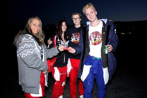 – HAR DU RUSSEKORT? En fornøyd Lars Ødegaard (18) får russekort av mora til kompisen. Foto: Torstein Davidsen