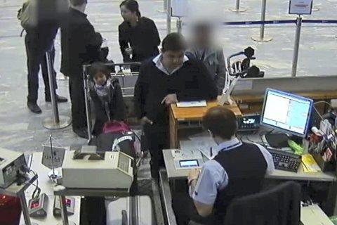 TYVER PÅ FERDE: Mens personen helt til venstre distraherer passasjerne i køen, stjeler tyven i grå jakke til høyre bagasjen til passasjerne som er i ferd med å sjekke inn. Se videoen på rb.no.