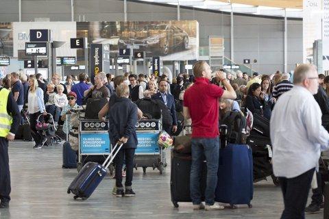 PASS PÅ HER: Det er særlig i avgangshallen at reisende opplever å bli frastjålet verdisaker. Foto: Oslo Lufthavn