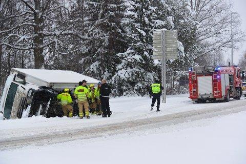 I GRØFTA: Ved Hervakrysset endte en lastebil opp i grøfta. FOTO: Mario Linnerud/Presttun Media