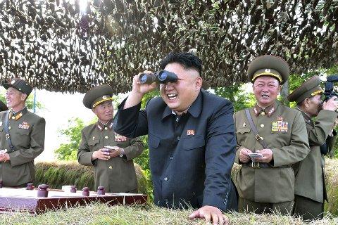 DIKTATOR: Kim-Jong-Un ser i kikkert.