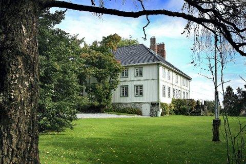 HER BOR HUN: Karianne Klaveness Holmen på Øvre Vilberg gård er Romerikes rikeste. (FOTO: KAY STENSHJEMMET)