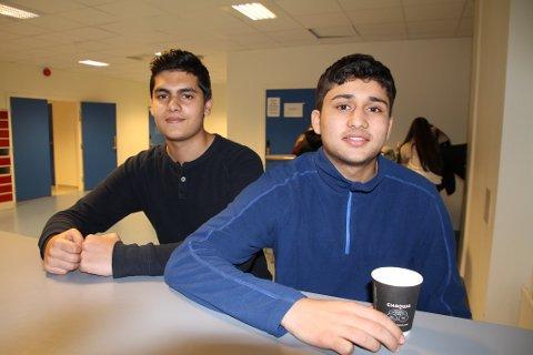 SPENTE: Shaheb Iqbal (f.v) og Kulwinder Singh Toor (f.h) var to av elevene på Rælingen videregående skole som synes det nye leksehjelp-tilbudet så meget spennende ut.