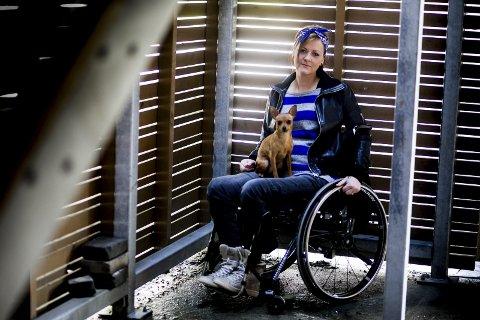 Livet til Linn Therese Karlsen (36) fra Lillestrøm ble snudd opp ned da hun brakk ryggen etter en fallulykke for to år siden. Her sammen med hunden Emma. Foto: Tom Gustavsen