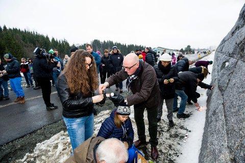 TENTE LYS: Ordfører Marianne Grimstad Hansen og Hans Frode Asmyhr var på stedet søndag. FOTO: TOM GUSTAVSEN