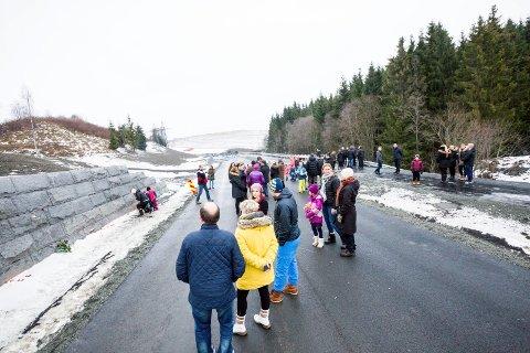 SAMLET I SORGEN: Om lag 80 personer var samlet ved rasstedet i Sørum søndag ettermiddag. Det ble tent lys og holdt minnestund. FOTO: TOM GUSTAVSEN