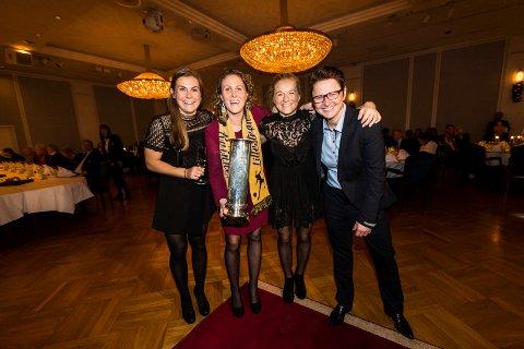 SUKSESSKVARTETT: Emilie Haavi (f.v.), Isabell Herlovsen, Lene Mykjåland og Monica Knudsen smilte bredt på cupfinalebanketten på Hotel Bristol.