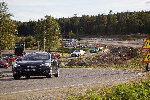 STO I KØ: Da verdens største ladestasjon åpnet langs E6 i Eidsvoll i sommer sto Teslaene i kø. FOTO: ALEKSANDER HØMANBERG