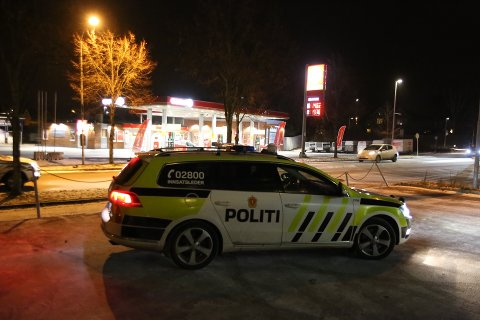 I SENTRUM: Politiet leter etter en etterlyst mann i Askim sentrum tirsdag kveld. (Foto: Freddie Larsen)