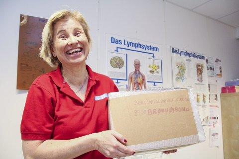 TUNGE NAVN: Pakken til registrering, med 5478 navn som stiller seg bak Helsepartiet, veier over sju kilo. Anita Borgvang er glad over å være i mål. begge foto: Elisabeth lunder