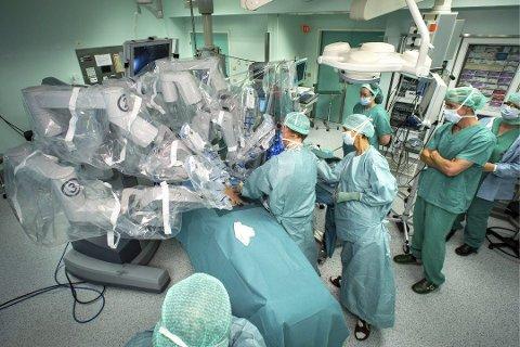 PÅ ØNSKELISTEN: Ahus ønsker seg en operasjonsrobot lik den de har ved Universitetssykehuset i Nord-Norge, men det kan ta tid før et av Europas mest moderne sykehus kan tilby pasientene en slik behandling. Foto: Ole Åsheim