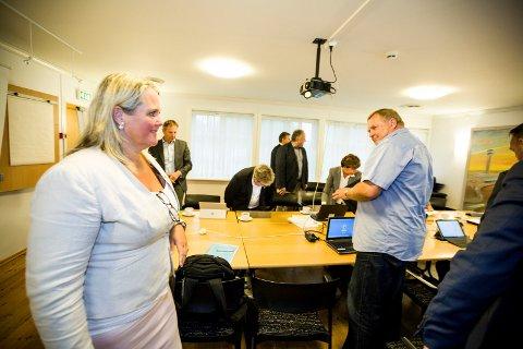 HÅNDSLAG: ØRU-direktør Kurt Gøran Adriansen (i lys skjorte) får deltidsjobb i Akershus fylkeskommune til han blir 67 og pensjonist. Styreleder Grete Sjøli (t.v.) er glad. FOTO: TOM GUSTAVSEN