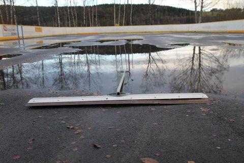 FUNGERER DÅRLIG: Dette er den gjenværende isskraperen Åkrene Vel har igjen etter at den beste ble stjålet mandag 5.desember. Denne isskraperen er gammel og fungerer dårlig og dugnadsgjengen håper at den stjålede isskraperen vender tilbake, slik at de kan få klarggjort isbanen når vinterkulden melder seg.