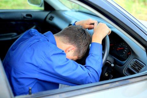 TRETT FORAN RATTET: Å kjøre etter å ha sovet for lite kan faktisk gi deg promille.