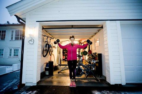 PLASSERING: Jeg skulle illustrere at Anja Kjesbu Aanes har bygget treningsrom i garasjen sin. Jeg valgte å tenke enkelt fordi det var mange elementer som burde være med i bildet: Anja, treningsrommet, garasjen og huset hennes. Å plassere Anja i garasjeåpningen gjorde at jeg fikk med alle elementene i ett og samme bilde. Enkelt og greit!