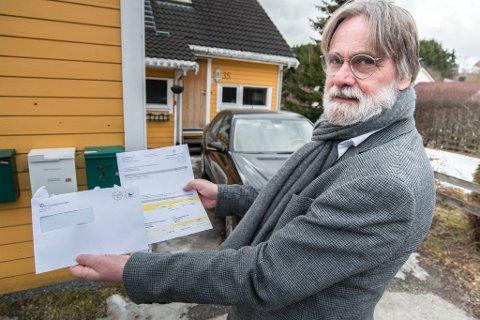 LOT SEG IKKE LURE: Svein H. Lauritzen med den falske fakturaen han mottok. Nå har to personer erkjent at det var svindel de drev med - nærmere 100.000 bedrifter ble forsøkt svindlet. FOTO: VIDAR SANDNES