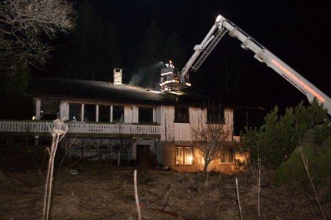 NEDBRENT: Brannvesenet måtte ta i bruk lift for å komme til brannen som sto ut av taket i andre etasje.