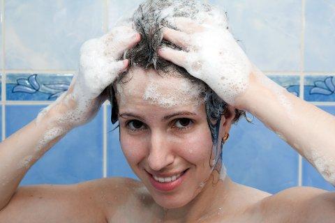 Vannet sildrer og du har akkurat massert inn sjampo i håret..Det er fort gjort at det kommer noen dråper. (Foto: Colourbox)