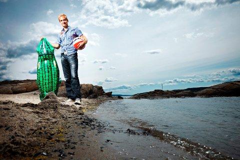 (Bilde 1) SOMMERFENOMENET: Arne Hurlen er frontmann i Postgirobygget. Bandet har mange konserter hver sommer, men har stort sett ferie i juli. De stiller imidlertid som vanlig opp på Wrightegaarden i Langesund i juli, i år fredag 16. og lørdag 17. På lørdagen fyller for øvrig Hurlen 40 år. (Foto: Espen Sjølingstad Hoen, Scanpix)  FOTO: Espen Sjølingstad Hoen, Scanpix /