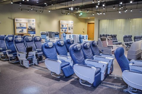 FLYSTOLER: Store haller er fylt opp med alle typer stoler. Flystoler for dem som reiser førsteklasse så vel de som reiser økonomiklasse må testes ut. ALLE FOTO: HANS OLAV NYBORG