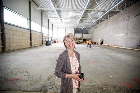 GLEDER SEG: Administrasjonssjef May Gunn Madsen i Hammer turn er strålende fornøyd med hallen som skal være klar til bruk i september. Foto: Tom Gustavsen