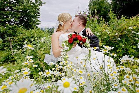 OSLO 20070707: Brudepar i blomstereng. Nygifte. Brud og brudgom. Lykke. Sommerbryllup. Forelskelse. Forelsket. Kysser hverandre. Foto: Stian Lysberg Solum / SCANPIX NB! MODELLKLARERT