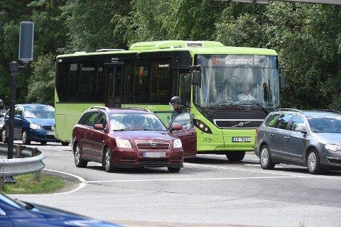 KONTROLL: Bevæpnet politi sjekker biler på vei ut av Lillestrøm for gjerningsmennene.