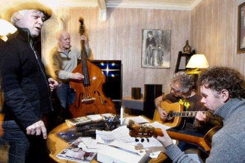 Øver hjemme: Trond og bandet hans øver hjemme hos Trond. Foto: Roar Grønstad