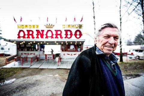 NATURLIG: Da RB møtte Arnardo i Lillestrøm i 2016, fortalte han om hvordan han tryllet fram levende høner allerede som unggutt. Nå har sirkuskongen gått bort.