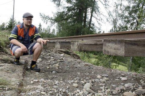 Nesten Én meter: Mellom 70 og 80 centimeter har sklidd ut under skinnegangen på deler av Urskog-Hølandsbanen. – Skader i millionklassen, sier driftstekniker Are Eeg.Foto: Espen Børrestuen