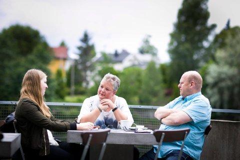 DYP SAMTALE: Som de fleste samtaler de tre har hatt, kom det flere forskjellige følelser til overflaten.