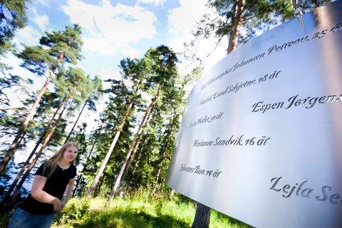 MINNESMERKET: «Lysningen» på Utøya, der navnet til de fleste ungdommene som ble drept 22. juli er gravert inn. Siri ser opp på Fredrik sitt navn.