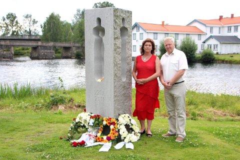 Eidsvoll Arbeiderparti ved Torill Ovlien og varaordfører i Eidsvoll kommune Einar Madsen la ned blomster. Foto: Stine Cecilie Granlund