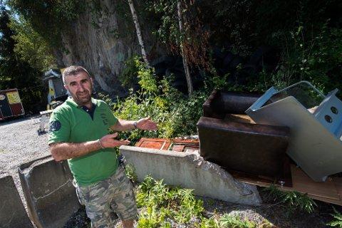 OPPGITT: Hassan Abbas har sett seg lei at søppel blir dumpet utenfor hans bedrift.
